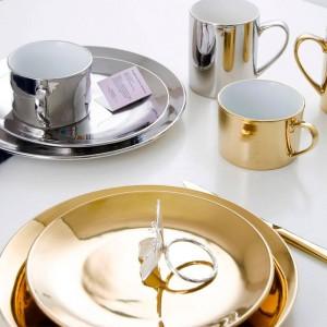 Tazza da caffè in ceramica con vassoio da dessert in metallo placcato oro dorato