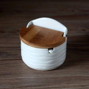 Lattine per condimenti in ceramica creativa con coperchio in bambù Cucchiaio di sale rotondo Strumenti per spezie da cucina Scatola di immagazzinaggio dell'agitatore di pepe con vassoio
