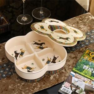 Scatola di caramelle in porcellana / scatola di noci con coperchio disegno di cavalli di dio in porcellana avorio disegno in rilievo in oro antico decorazione di qualità